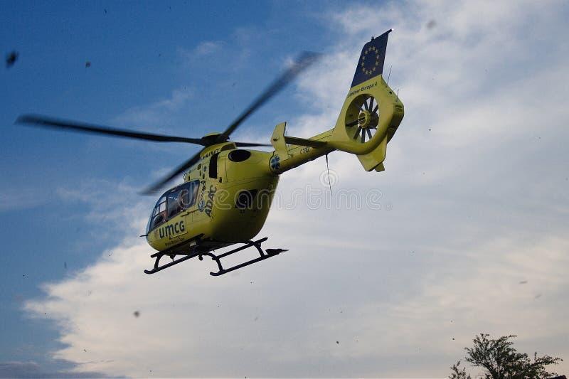 Atterrissage d'hélicoptère d'ambulance aérienne d'UMCG dans le village photos libres de droits