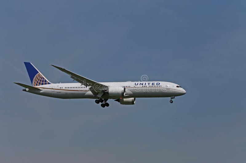 Atterrissage d'United Airlines Boeing 787-900 images stock