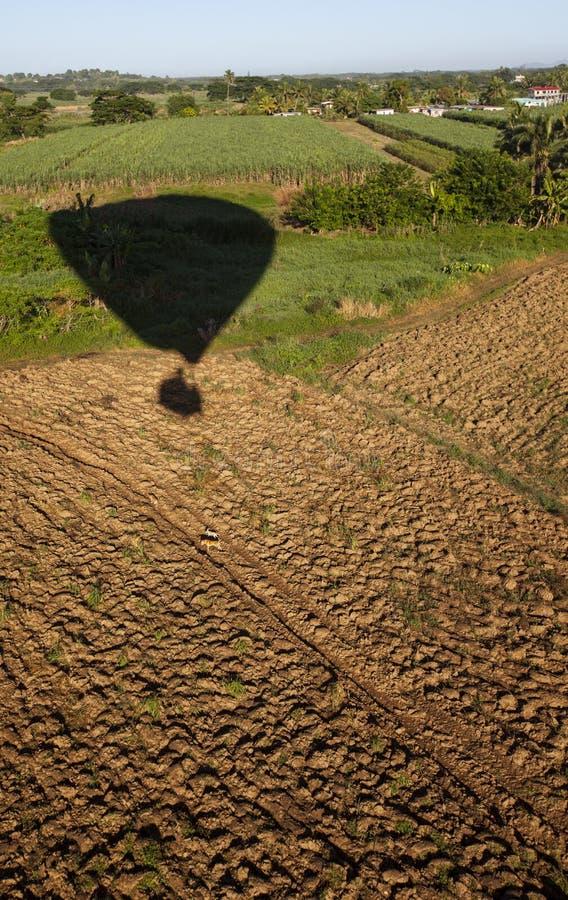 Atterrissage de ballon à la ferme du Fiji photo libre de droits
