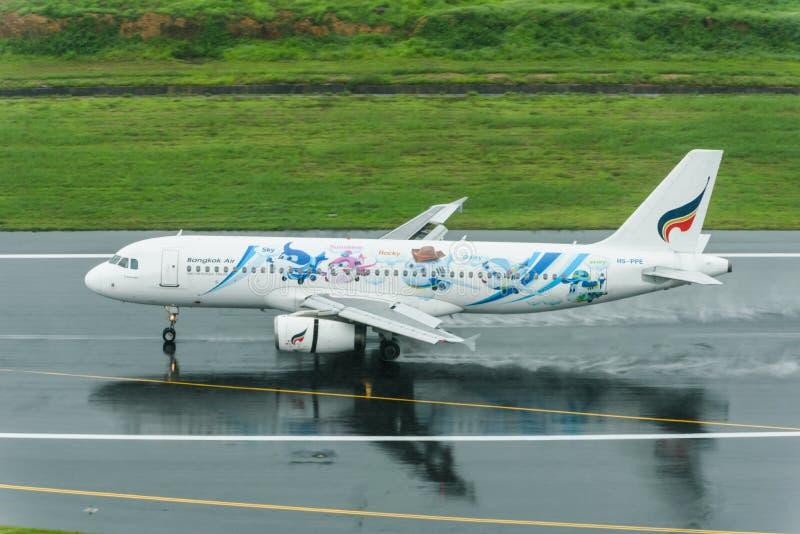 Atterrissage de Bangkok Airways à la piste humide d'aéroport de Phuket photos libres de droits
