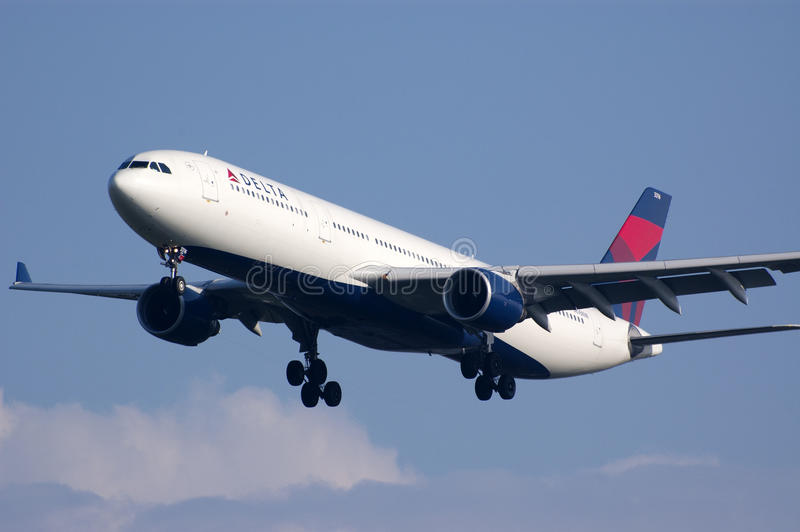 Atterrissage de Delta Airlines B767 images stock