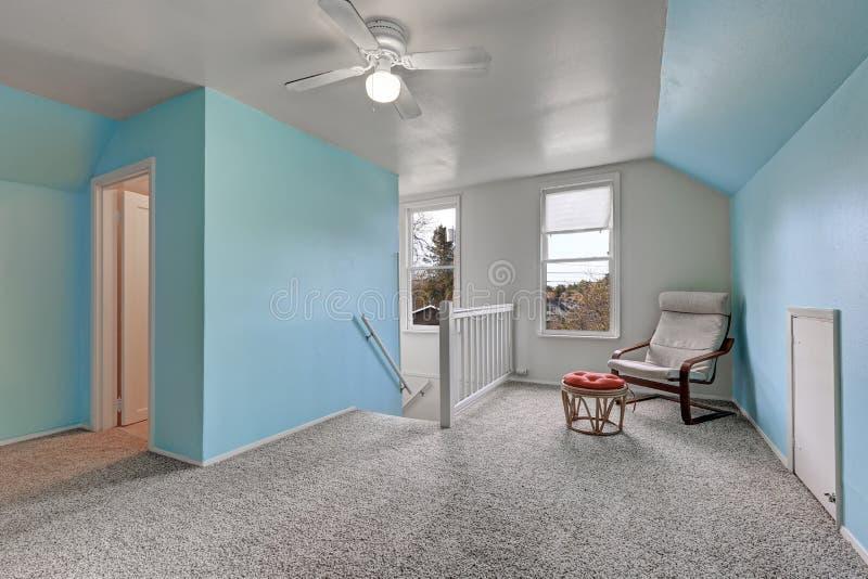 Atterrissage de deuxième étage avec les murs bleus images stock