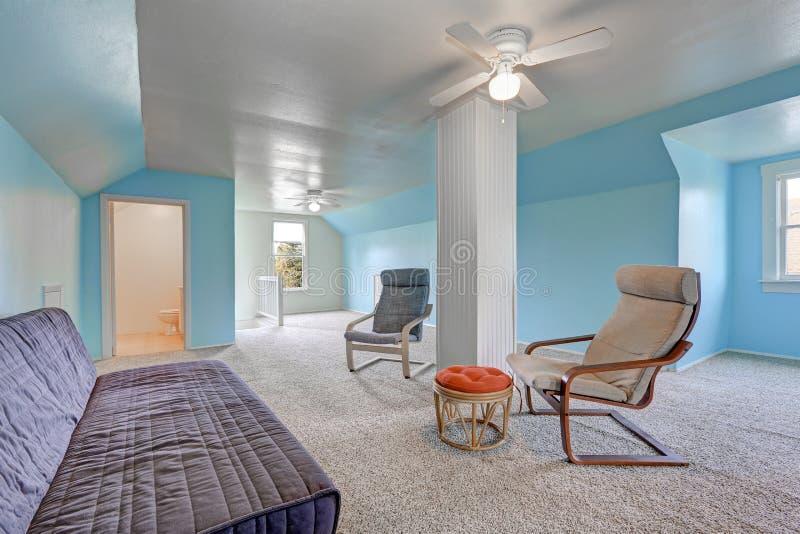Atterrissage de deuxième étage avec les murs bleus photographie stock