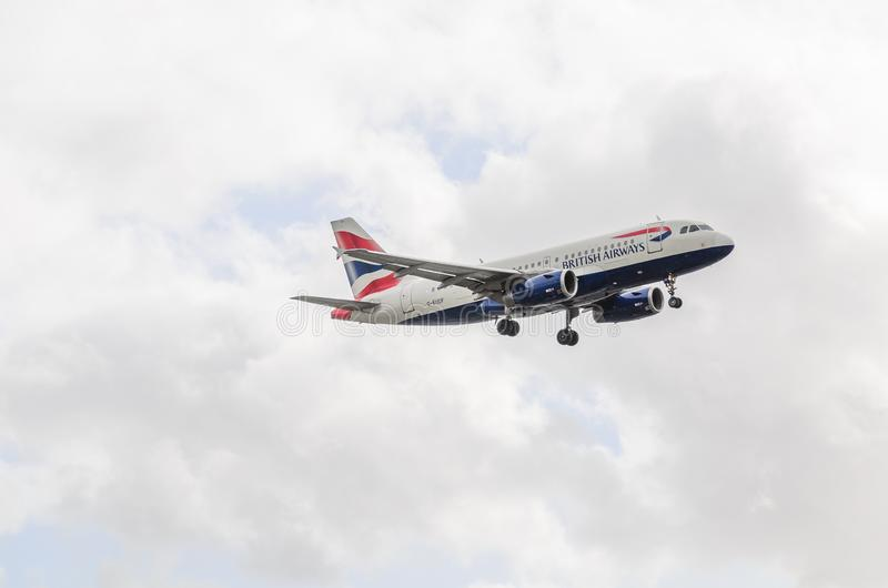 Atterrissage de jet de British Airways chez Heathrow photos libres de droits
