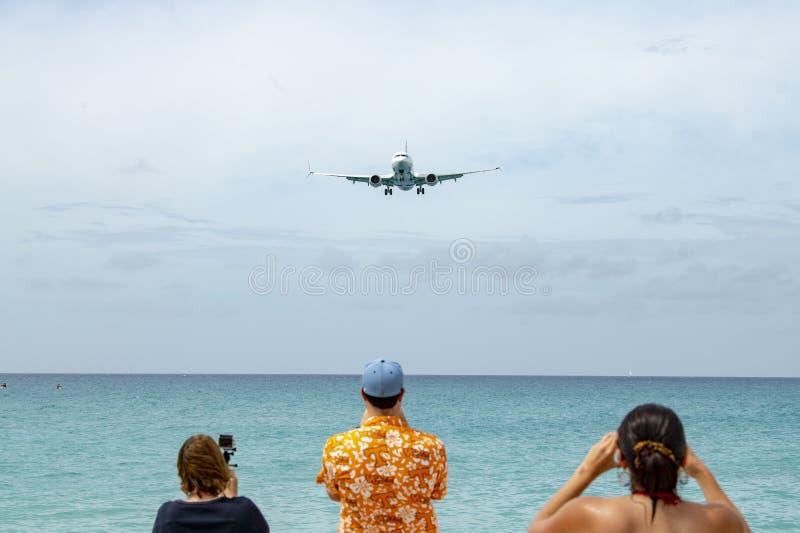 Atterrissage de jet chez Maho Beach dans St Maarten image libre de droits