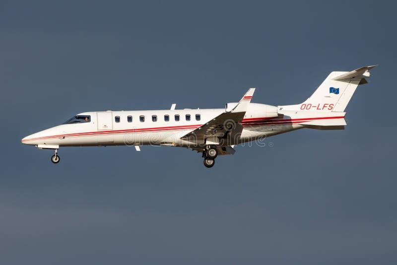 Atterrissage de jet d'affaire privée de Learjet 45 OO-LFS d'aviation d'Abelag à l'aéroport de Francfort image stock
