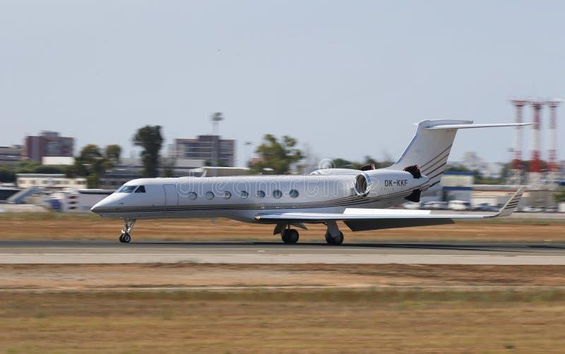 Atterrissage de jet privé dans l'aéroport de Majorque photos stock