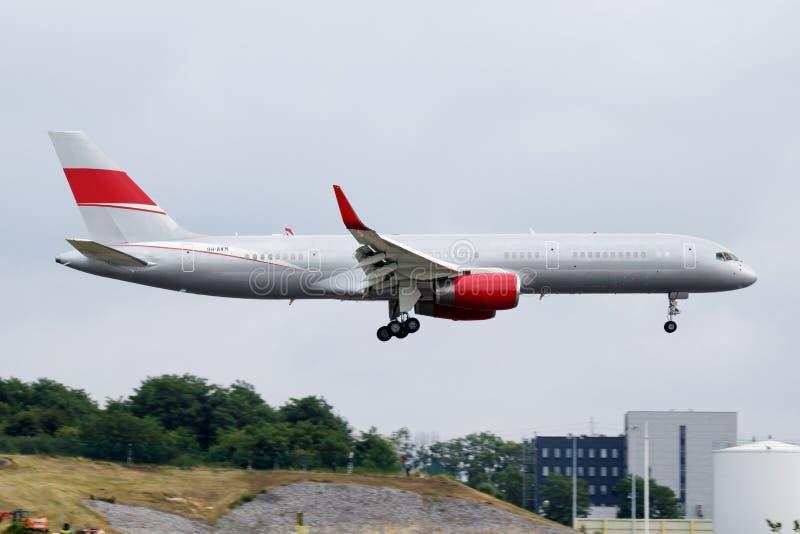 Atterrissage de l'avion de passagers 9H-AVM de JetMagic Boeing 757-200 à l'aéroport de Liège images libres de droits