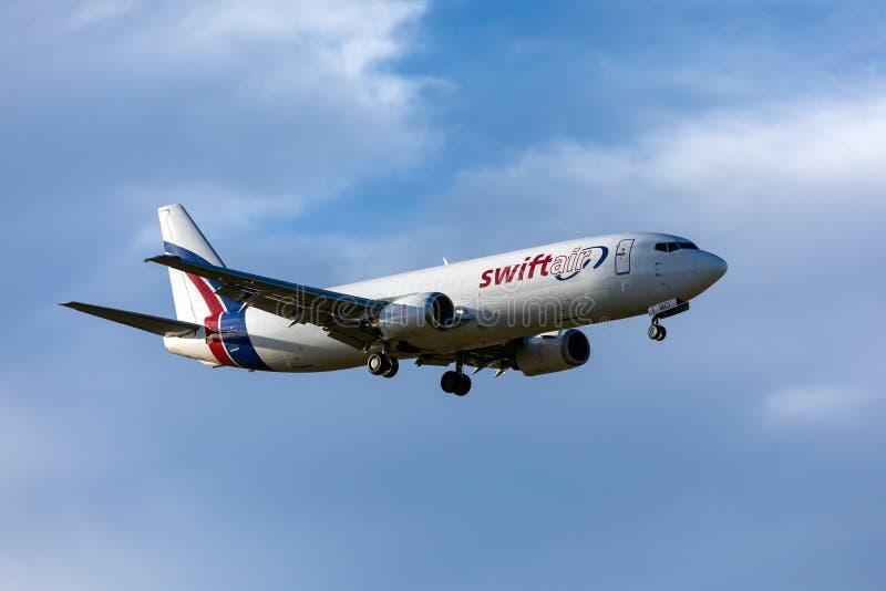 Atterrissage de la cargaison 737 en ciel gentil photos libres de droits