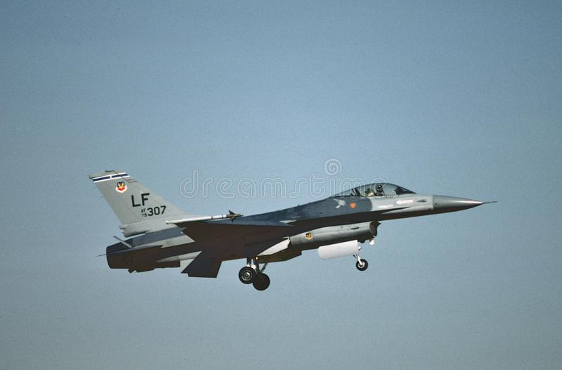 Atterrissage de NC 61-92 de l'U.S. Air Force General Dynamics F-16A Eagle 79-0307 à l'ast Luc AFB, Phoenix, AZ en 1987 photo stock