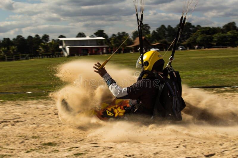 Atterrissage de parachute dans le sable images stock