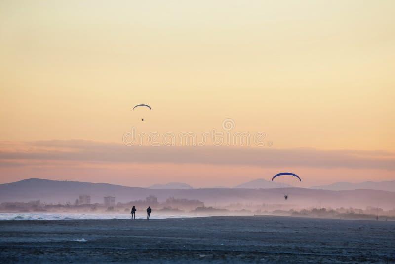 Atterrissage de parachute sur la plage photographie stock libre de droits