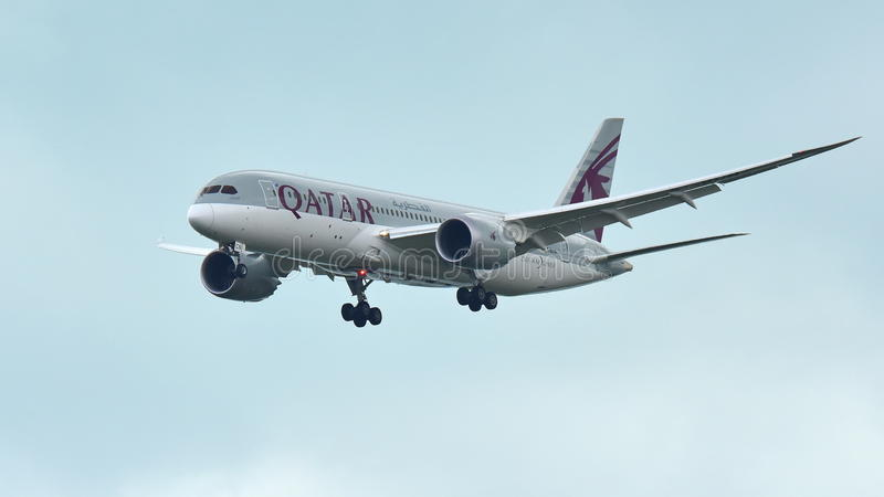 Atterrissage de Qatar Airways Boeing 787 Dreamliner à l'aéroport de Changi photo stock