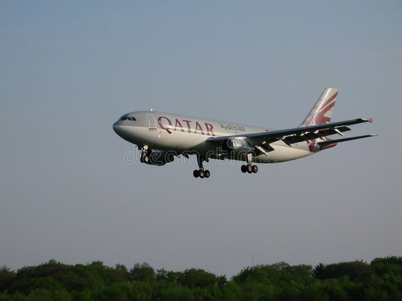 Atterrissage de voies aériennes du Qatar photographie stock libre de droits