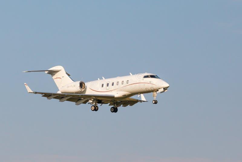 Download Atterrissage Du Bombardier BD-100-1A10 Sur La Piste Photo stock éditorial - Image du piste, trainspotting: 87709733