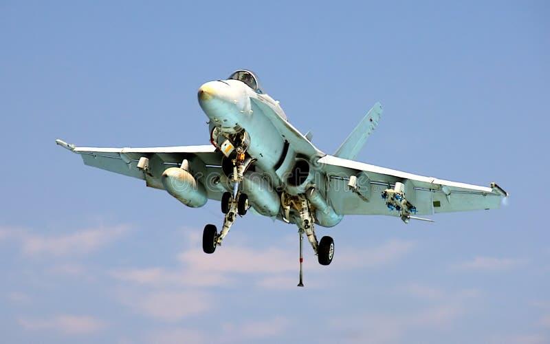 Atterrissage du frelon F-18 sur le porte-avions photographie stock