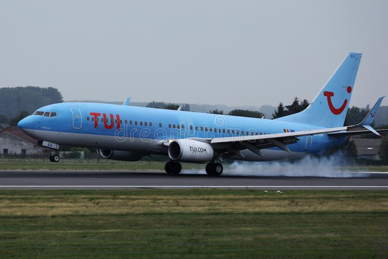 Atterrissage plat de TUI Airways sur l'aéroport, touchdown spectaculaire image stock