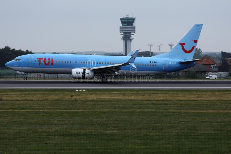 Atterrissage plat de TUI Airways sur l'aéroport, touchdown spectaculaire photographie stock libre de droits