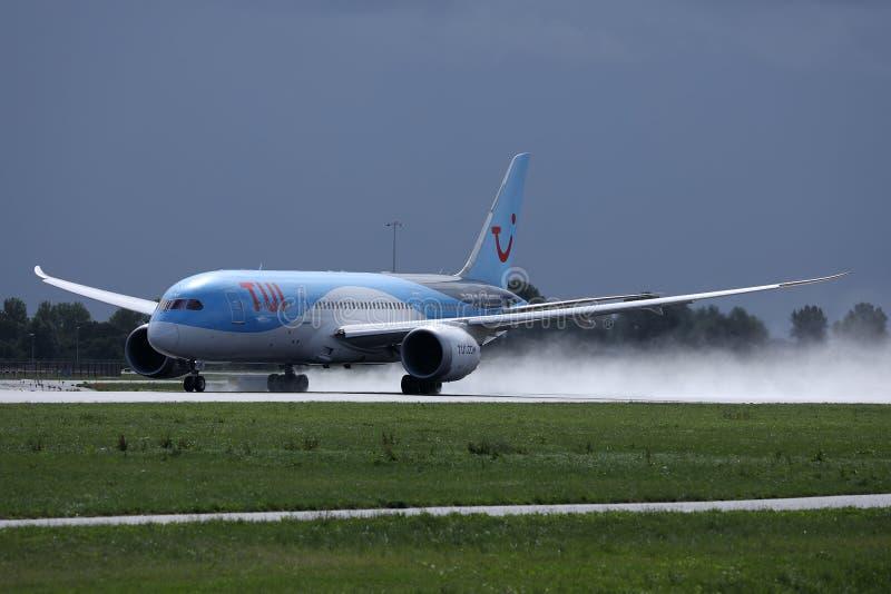 Atterrissage plat de TUI Airways sur l'aéroport, touchdown spectaculaire images stock