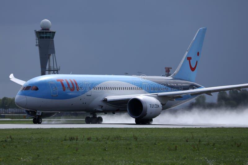 Atterrissage plat de TUI Airways sur l'aéroport, touchdown spectaculaire image libre de droits