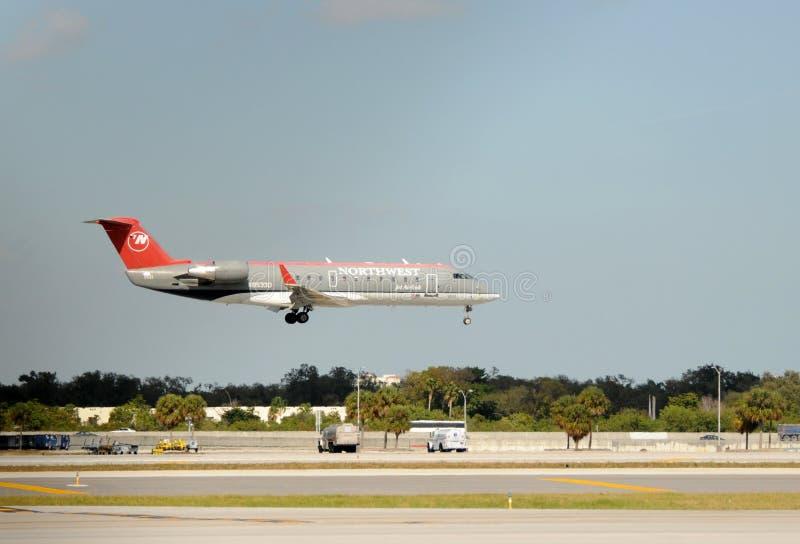 Atterrissage régional d'avion à réaction de Northwest Airlines images libres de droits