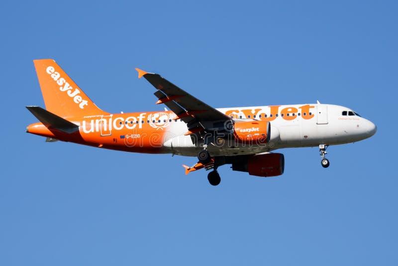 Atterrissage spécial d'avion de passagers d'Airbus A319 G-EZIO de livrée d'EasyJet à l'aéroport de Madrid Barajas photos libres de droits