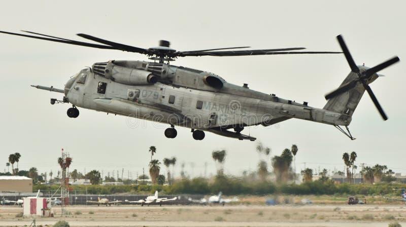 Atterrissage superbe d'étalon de Marine Corps Sikorsky CH-53E photographie stock