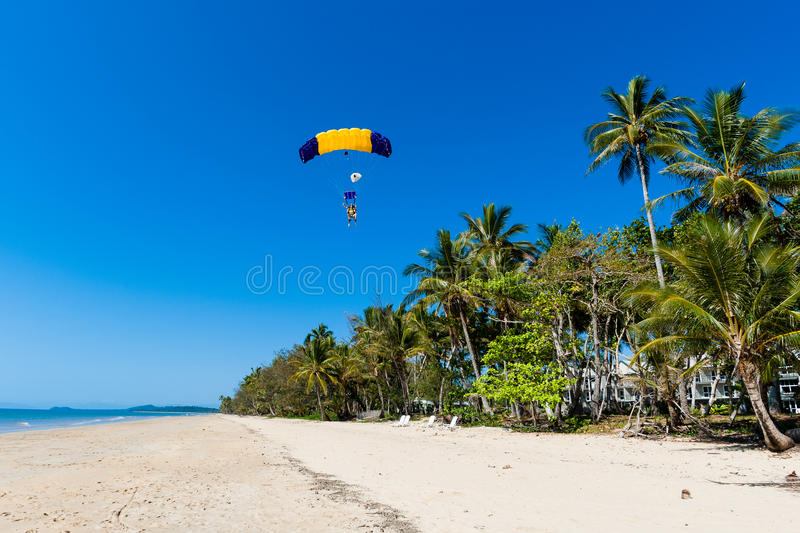 Atterrissage tandem de Skydiving tropical photographie stock