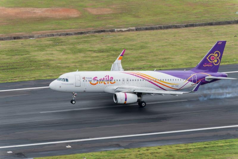 Atterrissage thaïlandais d'avion de voie aérienne de sourire à l'aéroport de Phuket photographie stock libre de droits