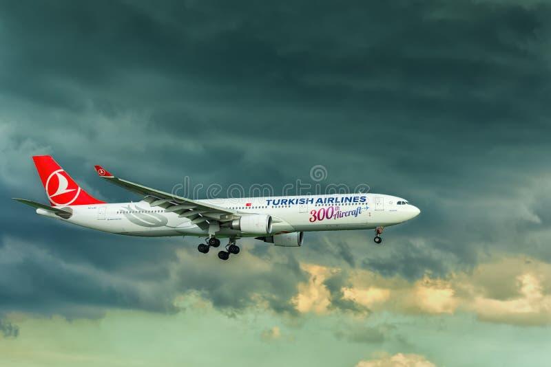 Atterrissage turc d'Airbus a330 de ligne aérienne avec l'arc-en-ciel derrière le ciel dans Tan Son Nhat International Airport photo libre de droits