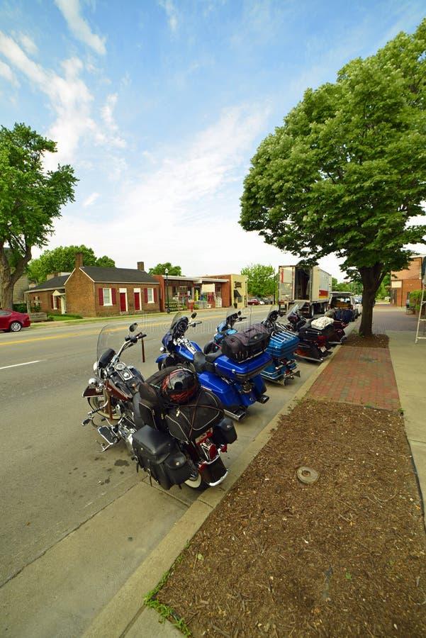 Attesa dei motocicli dei proprietari da ritornare immagini stock