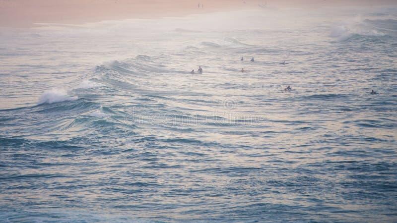 Attesa dei surfisti fotografie stock libere da diritti