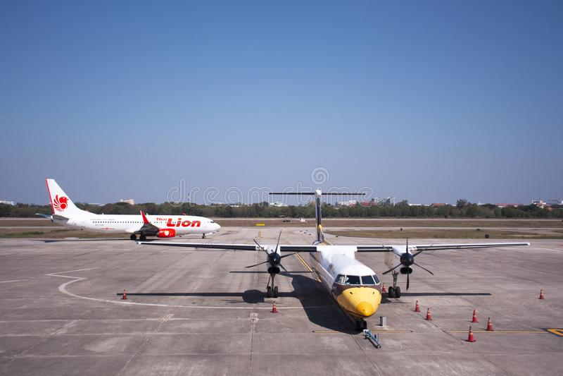 Attesa dell'elica del gemello di Airbus e preparare ed aereo tailandese che corre per decollare sulla pista all'aeroporto interna fotografia stock