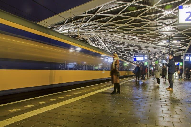 In attesa di un treno alla stazione di Tilburg fotografia stock