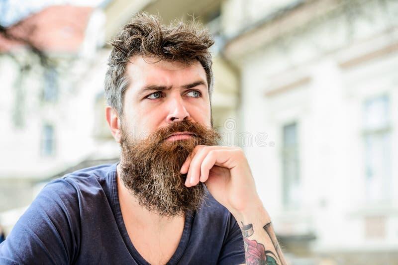 attesa e tinking Solitudine barbuta di tatto dell'uomo barbiere maschio brutale di bisogni uomo premuroso all'aperto Cura di pell fotografia stock libera da diritti
