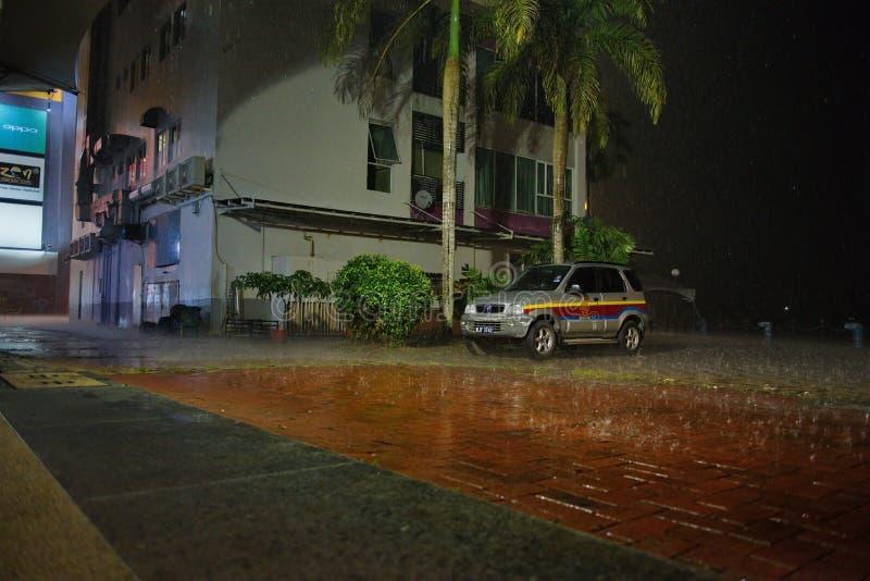 Attesa fuori dell'acquazzone tropicale fotografie stock