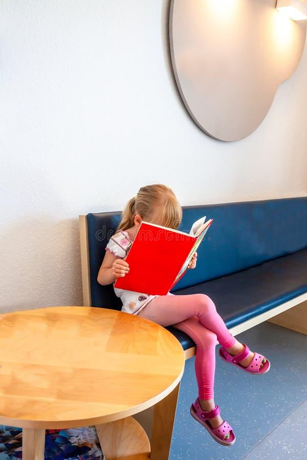 Attesa paziente della bambina ai dottori sala di attesa fotografia stock libera da diritti