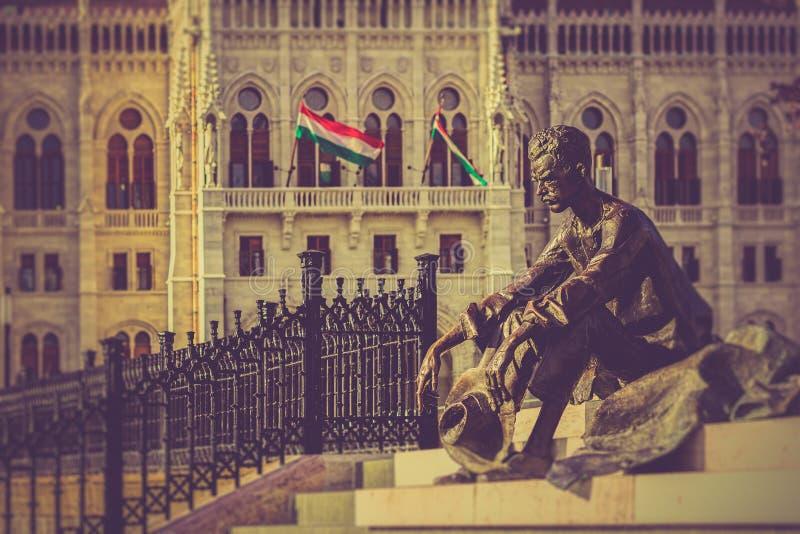 Attila Jozsef (1905-1937), avant hongrois de statue de poète du Parlement image libre de droits