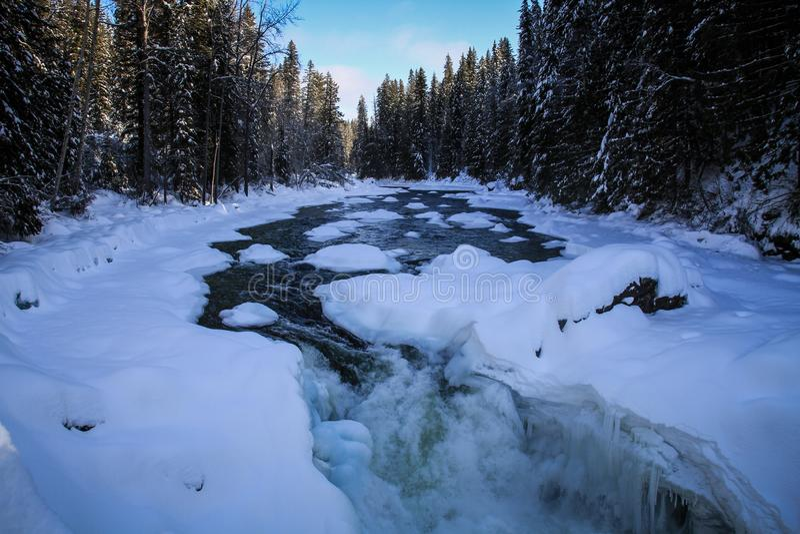 Attimo congelato Roadtripping del fiume nelle montagne rocciose majestuous fra il diaspro ed Alberta su Alberta Highway 93, Alber fotografie stock libere da diritti