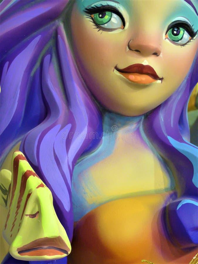 Attina försöker en ny hårfärg - lila fruktdryck royaltyfri foto
