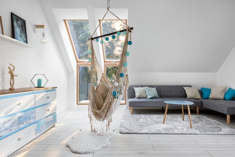 Attische kamer met hammock-stoel royalty-vrije stock afbeeldingen