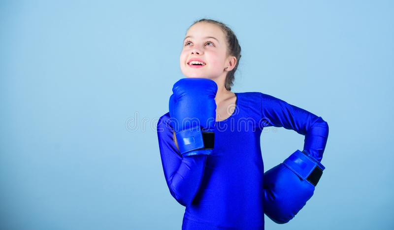 Attitudes femelles de changement de boxeur dans le sport Hausse de boxeurs de femmes Boxeur mignon de fille sur le fond bleu Avec photos stock