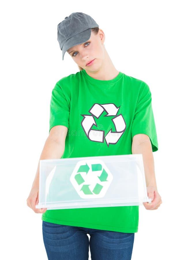 Attivista abbastanza ambientale della poppa che tiene una scatola di riciclaggio vuota immagini stock libere da diritti