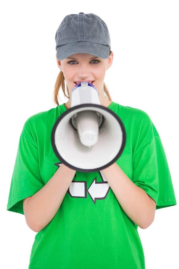 Attivista abbastanza ambientale divertente che parla in un megafono fotografie stock