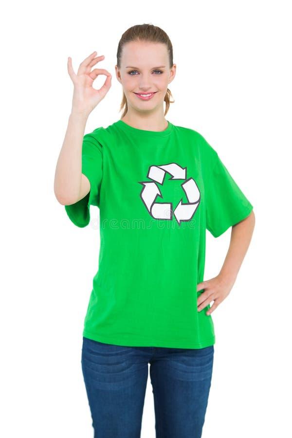 Attivista abbastanza ambientale felice che fa un gesto giusto fotografie stock