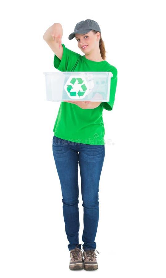 Attivista abbastanza ambientale felice che mostra una scatola di riciclaggio fotografia stock libera da diritti