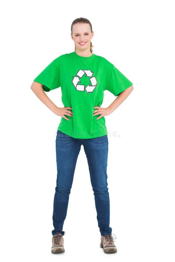 Attivista abbastanza ambientale felice che posa con le mani sulle anche fotografie stock libere da diritti
