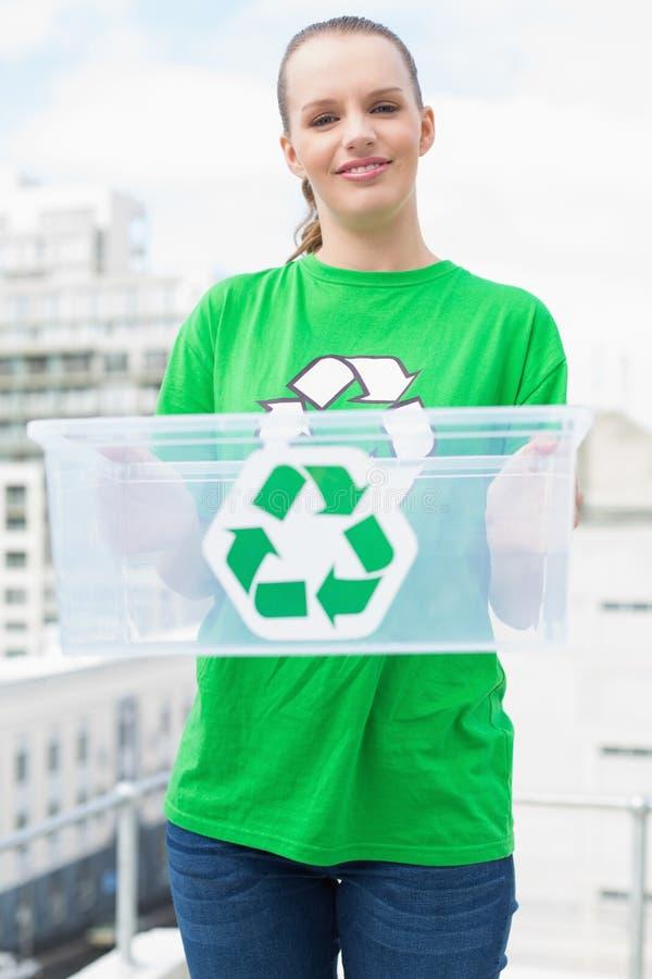 Attivista abbastanza ambientale piacevole che tiene una scatola di riciclaggio fotografia stock