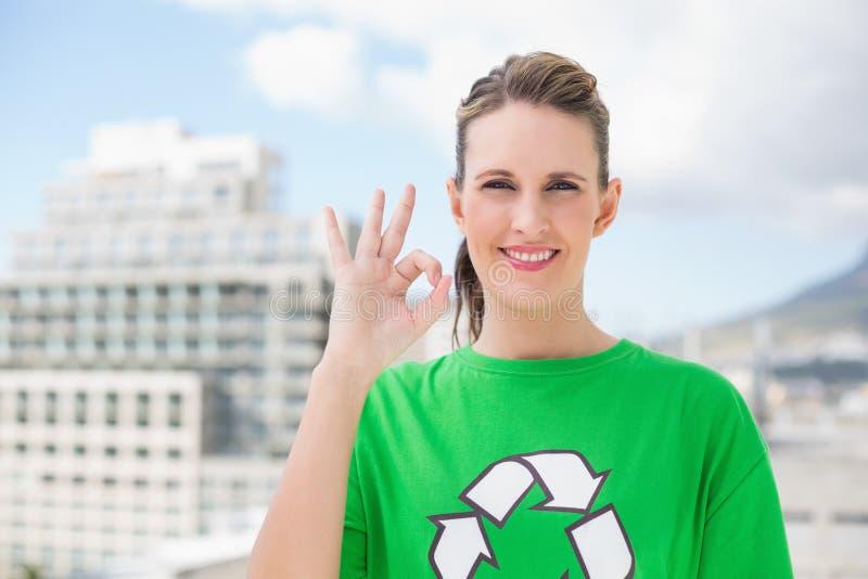 Attivista ambientale allegro che fa gesto giusto fotografia stock libera da diritti