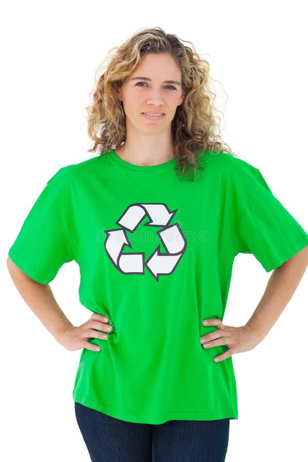 Attivista ambientale che porta camicia verde con il riciclaggio del simbolo fotografia stock